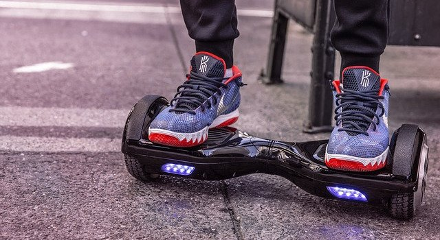 Schwarzes Hoverboard mit LED-Beleuchtung