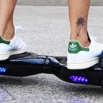 Cat 2Droid Hoverboard mit Fahrer auf dem Gehweg