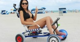 Frau mit Hoverseat am Strand
