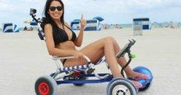 Frau mit Hoverseat am Strand